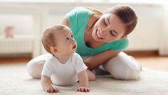 FORELDRE: Illustrasjonsbilde av en mor som leker med babyen sin. Foto: Colourbox