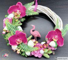"""Kézműves Csodák Műhelye on Instagram: """"Flamingós, orchideás, kagylós kopogtató ❤️😍 Átmérője: 23-24 cm Ajándékként küldd egyenesen a címzettnek, ha kísérő szöveget is küldesz…"""" Floral Wreath, Instagram, Happy, Home Decor, Floral Crown, Decoration Home, Room Decor, Ser Feliz, Home Interior Design"""