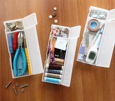 ペンケースを利用した収納  すぐに使いたいものをひとつにまとめて収納! 机のそばに置いておくと、いざ使う時に探さなくて済みますよね。