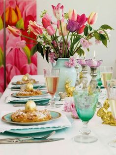 Try the creative Mother's Day brunch table setting ideas for your celebration. From fruit and flower centerpieces to colorful table additions, surprise her!