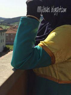 Detalle de la abaya en tela de raso amarilla.