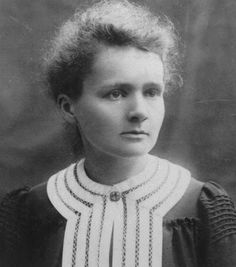 Marie Curie [1867-1934], physicienne et chimiste, reçoit, en 1903, avec Pierre Curie et Henri Becquerel le prix Nobel de physique pour leurs recherches sur les radiations. En 1911, elle obtient le prix Nobel de chimie pour ses travaux sur le polonium et le radium. Seule femme à avoir reçu deux prix Nobel, elle est la seule à avoir été récompensée dans deux domaines scientifiques distincts ainsi que la première femme lauréate en 1903 de la médaille Davy pour ses travaux sur le radium.