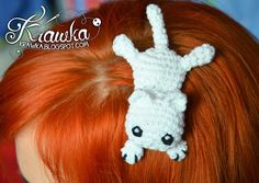 Little White Kitten - Crochet Hair Accessory - Free Amigurumi Pattern here: http://krawka.blogspot.co.il/2015/02/there-is-cat-on-my-head-hairclip-free.html
