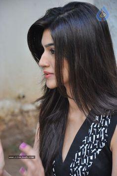 Kriti Sanon Hairstyles - 20 Best Hairstyles of Kriti Sanon Beautiful Bollywood Actress, Beautiful Indian Actress, Beautiful Actresses, Indian Hairstyles, Girl Hairstyles, Light Makeup Looks, Morning Hair, Cute Girl Face, Stylish Hair
