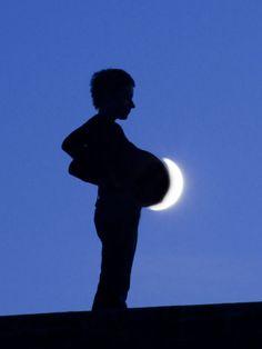Ce photographe s'amuse avec des effets d'optique pour réaliser des clichés poétiques sur la Lune