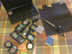 Quando comecei minha coleção de sombras MAC nunca achei que fosse chegar tão longe… Tenho várias e todas estavam guardadinhas em suas devidas embalagens. O problema aparecia na hora de usar, ficar pegando uma a uma, abrindo, vendo a cor, procurando nomes… Ou pra viajar então… aquele monte de potinhos ocupando espaço na necessaire. Mas …