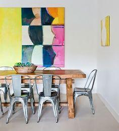 Quando o assunto é decoração industrial, é quase inevitável não pensar na famosa cadeira A Chair, conhecida também como cadeira Tolix, nome homônimo à empr