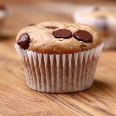 Banana Chocolate Chip Muffins - with whole wheat flour, oats, honey, bananas, and greek yogurt - health(ish) dessert! Baby Food Recipes, Sweet Recipes, Baking Recipes, Cake Recipes, Dessert Recipes, Desserts Menu, Healthy Desserts, Delicious Desserts, Yummy Food