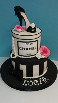 Bello de la cabeza a los pies Bolo Chanel, Chanel Cake, Chanel Party, High Heel Cakes, Shoe Cakes, Bolo Fashionista, Beautiful Cakes, Amazing Cakes, Fondant Cakes