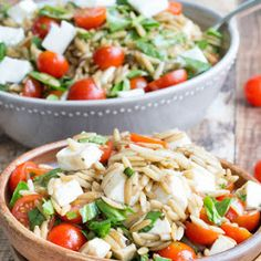 Caprese Orzo Salad with Light Balsamic Vinaigrette // I added chicken which I pan seared in olive oil / lemon juice / basil Orzo Salad Recipes, Pasta Salad, Vegetarian Recipes, Cooking Recipes, Healthy Recipes, Alkaline Recipes, Ham Recipes, Healthy Salads, Healthy Eating