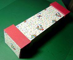 Bonsoir à tous !!! C'est Colette L qui a réalisé ces deux trousses pleines de fraîcheur ... Du rose et des tissus coordonnés !!! A croquer ... Bonne idée que ce papier lézard pour cette seconde réalisation ... Des petits personnages animent de leur jeux...