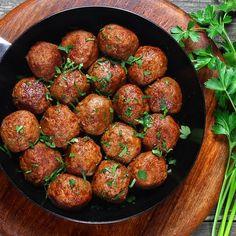 Boulettes de boeuf à l'orientale – Ingrédients de la recette : 1 kg de viande de boeuf hachée, 150 g d'oignons, 2 gousses d'ail, 2 cuillère à soupe de persil haché, 0. 5 cuillère à soupe de cumin en