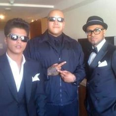 If you look close yoy can see the stitches on his chin. Bruno Mars, Mars Photos, Mens Sunglasses, Lol, Moving Furniture, Backstage, Stitches, Daddy, Te Amo