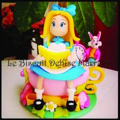 Alice no País das Maravilhas:topo de bolo,enfeite de mesa,enfeite de quarto de meninas e decoração para o chá das 5:00...:) Alice sentada na xícara que é o seu chá e seu jardim,Ela está com o coelho branco sempre apressado para a hora do chá.Uma linda história contada em uma peça em biscuit por Le Biscuit Denise Marrach Contatos: denisemarrach@hotmail.com 19-99763-9570 e 19-99602-8897