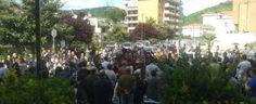 In migliaia ai funerali del ragazzo morto a Nocera, gli amici: «Giustizia per Dario»