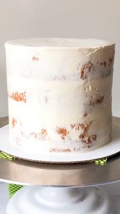 cake decorating videos Whats the key to avoiding lumpy, crumby frosting or slanted layers? Filling & frosting your layered cake with an expert stack and crumb coat is really impo