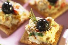 Aubergine cream and black olives on crackers Chutney, Appetizer Dips, Eat Smarter, Wine Recipes, Crackers, Wines, Mashed Potatoes, Pudding, Vegetarian
