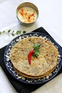 Keema Paratha is and Indian bread Stuffed with minced beef. This version is lighter and easier to make but holds the same flavor. Chicken Samosa Recipes, Beef Samosa, Tasty Bread Recipe, Bread Recipes, Paratha Recipes, Dinner Rolls, Main Meals, Fall Recipes, Just Desserts