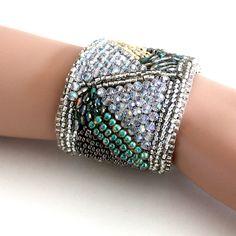 VENTE  perle brodé Cuff Bracelet avec cristaux par AlixHDesigns