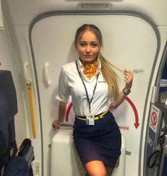 Air Hostess Uniform, Flight Attendant Humor, Female Pilot, Cabin Crew, Cool Costumes, Outfits For Teens, Girl Photos, Work Wear, Beautiful