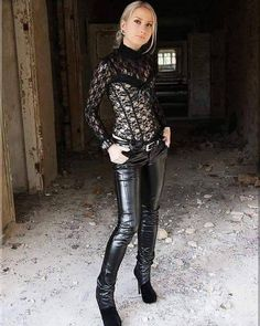 winter outfits with leggings Leder Lady - winteroutfits Patent Leather Pants, Spanx Leather Leggings, Leather Pants Outfit, Leather Trousers, Leder Outfits, Legging Outfits, Vinyl Leggings, Leggings Are Not Pants, Fashion Moda