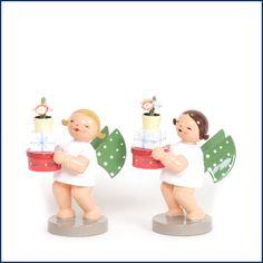 """Auf der Suche nach einem einzigartigen Geschenk zur #Einschulung? Unser Patenkind bekommt den süßen Engel mit Geschenken von Wendt und Kühn. Da er schon alles für die Schule hat, schenken wir etwas für die """"Ewigkeit"""". Der süße #Engel und weitere Figuren aus dem Traditionsunternehmen findet Ihr hier im #Feingefuehlshop: http://feingefühl-shop.de/wendt-und-kuehn/gruenhainicher-engel/516/engel-mit-geschenken"""