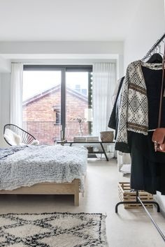 Home of interior designer Laura Seppänen, photographed by Pauliina Salonen for Deko 8 Home Decor Bedroom, Apartment Interior, Minimalist Furniture, Interior Design, Small Apartment Design, Home, Tiny House Decor, Scandinavian Interior Bedroom, Apartment Interior Design