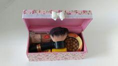 Caixa decorada com tecido floral rosa e laço de resina, sugerida para colocar laços das meninas, elástico para cabelo, chiquinhas de cabelo, bijuterias ou maquiagem. Fica bonita na penteadeira ou dentro do guarda roupa. Super delicada e útil!    Ótima para meninas, também pode ser uma bela lembra...