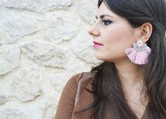 💘 Buongiorno 💘Il rosa sarà uno dei colori must da tenere nell'armadio: dalle tonalità più forti a quelle più gentili fino ad arrivare ad un rosa antico, questo sarà uno dei colori che accenderanno la prossima stagione invernale. Perfetto per un outfit più sbarazzino, specie se abbinato a colori accesi e complementari.Ecco che io non potevo non scegliere degli accessori di tendenza fatti a mano dalla bravissima@dn_fashionbijouxVe ne parlo sul mio blog link in bio 💗#fashion #earrings…