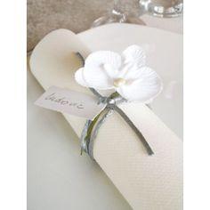 Orchidée blanche sur tige, décoration mariage, baptême, déco de table, déco florale, fêtes. http://www.baiskadreams.com/303-orchidees-blanches-sur-tige-les-6.html