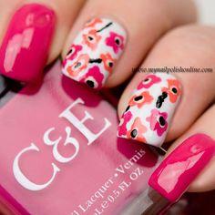 unhas decoradas com flores rosa e laranja no fundo branco