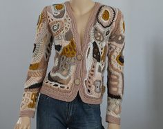 Ganchillo suéter, suéter de textura, arte usable, Boho Chic Hippie hada gitana Mori Girl grueso Freeform Crochet chaleco, OOAK Este es un chaleco exclusivo, realizado en técnica Freeform. Es una cálida y confortable. Material: lanas merinas, mano hilada lana, acrílico, viscosa, mohair.  Tamaño: L - XL-XXL Tamaño del modelo es M.  Busto: 96-108 cm / 38-44 Variar la longitud desde el hombro hasta la parte inferior de 61 cm/24 hasta 68 cm - 27  Instrucciones de cuidado: mano Lave cuida...