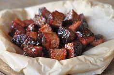 """Burnt Ends sind besonders geschmackvolle Stücke von der Rinderbrust. Ein Beef Brisket besteht aus zwei Muskeln, dem sogenannten """"Flat"""", aus dem man die typischen dünnen und flachen Sche…"""
