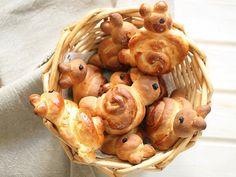 Für das diesjährige Osterfest gibt es ein Rezept für fluffige Frühstückshasen aus Hefeteig für Dich. Frisch gebacken schmecken die Häschen am allerbesten und verschönern Dir Deinen Ostertisch.