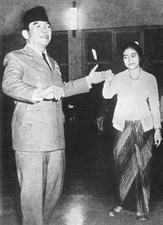 Sukarno dancing with his daughter Megawati Indonesian Women, East India Company, Dutch East Indies, Great Father, The Old Days, Dance Art, Founding Fathers, Old Pictures, Historical Photos