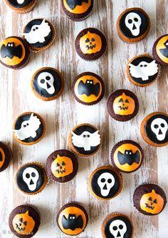 Nyt on mistä valita! Kaksi takuuvarmaa taikinaa: toinen tumma ja suklainen, toinen raikkaan sitruunainen. Koristelu on tehty muoteilla: haamuja, lepakoita, pääkalloja ja kurpitsoita. Se on helppoa ja hauskaa puuhastelua vaikka yhdessä lasten kanssa. Leipomisen voi tehdä hyvissä ajoin etukäteen, sillä muffinssien pakastus onnistuu koristeluinen päivineen. #halloween Halloween, Sushi, Food And Drink, Cupcakes, Baking, Birthday, Ethnic Recipes, Desserts, Decor