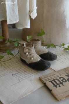 Anciennes chaussures d'enfant , bottines Brocante de charme atelier cosy.fr