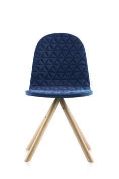 Dzięki połączeniu najnowocześniejszej technologii oraz szerokiej wyobraźni projektantów WertellOberfel powstało krzesło Mannequin. Krzesło szyte na miarę potrzeb wnętrza i domowników. Możliwość wyboru spośród trzech rodzajów pikowanych siedzisk oraz trzech typów podstawy krzesła sprawia, że Mannequin stanowi idealne rozwiązanie dla wielu pomieszczeń. iker.com.pl ikershop.com