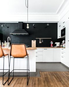 25 Popular Kitchen Decorating Ideas Kitchen decor Picking the kitchen layout through the great number of kitchen decorating ideas that are plentiful is an outstanding experience involving kitchen suppliers. Modern Kitchen Design, Interior Design Kitchen, Modern Bar, Kitchen Contemporary, Modern Design, Kitchen Flooring, Kitchen Furniture, Design Furniture, Furniture Layout