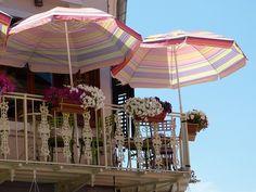 Mit den ersten Sonnenstrahlen des Jahres wird es Zeit, Terrasse, Balkon oder Garten auf die bevorstehende Grill- und Gartensaison vorzubereiten. Hochwertige, wetterfeste Terrassendielen lassen sich jedoch schnell wieder auf Vordermann bringen.