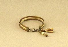 Bracelet cordons cuir bronze métallisé et ivoire, pompon bi-color et breloque perle de bohème : Bracelet par lounah