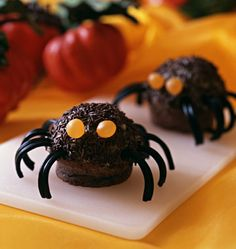Muffin Spiders (Halloween) – The Best Cooking Recipes – Spider Muffins Recipe Source by odelices Halloween Buffet, Halloween Desserts, Halloween Cupcakes, Scary Halloween, Happy Halloween, Chocolat Halloween, Postres Halloween, Bricolage Halloween, Fall Treats