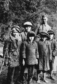 Немецкий солдат с деревенскими детьми.