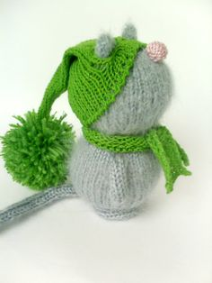 This little kitty is made of a soft and fluffy grey mohair. He came in a nice green cap and scarf ( it can be undressed). The Cat has a sad emotion,
