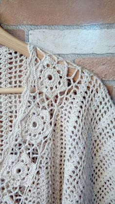 Blusa Manga Morcego de Crochê: bata ampla garante estilo ao look, Crochet T Shirts, Crochet Blouse, Crochet Poncho, Crochet Clothes, Easy Crochet, Free Crochet, Knit Crochet, Crochet Shrug Pattern Free, Crochet Patterns
