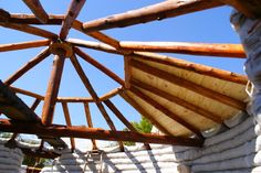 Faça Você Mesmo a sua Casa Parte 4 - Superadobe ou a Técnica de Terra Ensacada - Assim que Faz Casa Yurt, Super Adobe, Round Pen, Best Insulation, Building Systems, House Roof, House In The Woods, Terra, Tiny House