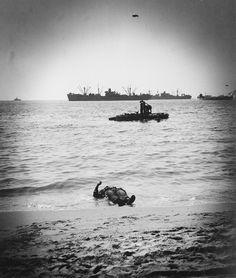 OM-B - le corps d'un soldat gisant sur la plage