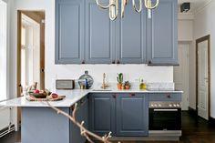 Kök med generösa arbetsytor Stockholm, Kitchen Cabinets, Kitchen Ideas, Houses, Home Decor, Kitchens, Homes, Decoration Home, Room Decor