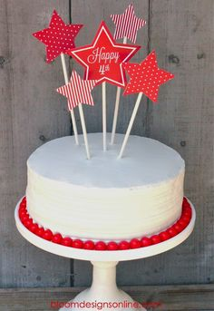 Super festive Fourth of July Cake with free print Fourth Of July Cakes, 4th Of July Party, July 4th, Cupcakes, Cupcake Cakes, Holiday Treats, Holiday Parties, July Birthday, Cat Birthday