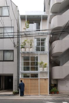 Skinny buildings squeezed into tiny spaces. Split Machiya by Atelier Bow-Wow – Tokyo, Japan Tower Machiya by Atelier Bow-Wow – Tokyo, Japan Tower House by - Interesting - Check out: Skinny Buildings on Barnorama Tyni House, Arch House, Tower House, Facade House, Architecture Design, Japan Architecture, Facade Design, Exterior Design, Japanese Buildings
